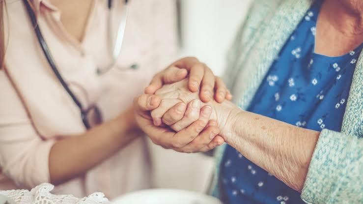 Podrías tener una pensión si cuidas a algún familiar